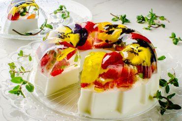 Торта желе с цветя и плодове