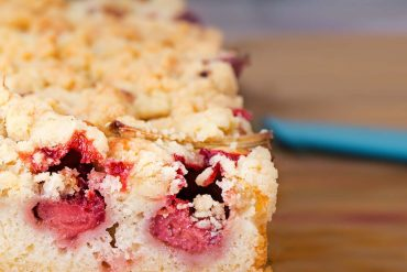Ронлив бисквитен сладкиш с извара и ягоди